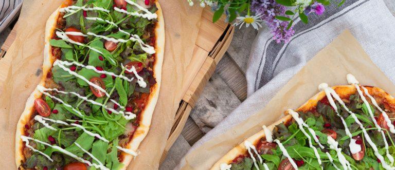 Herkulliset lankkupizzat voi valmistaa myös grillissä!