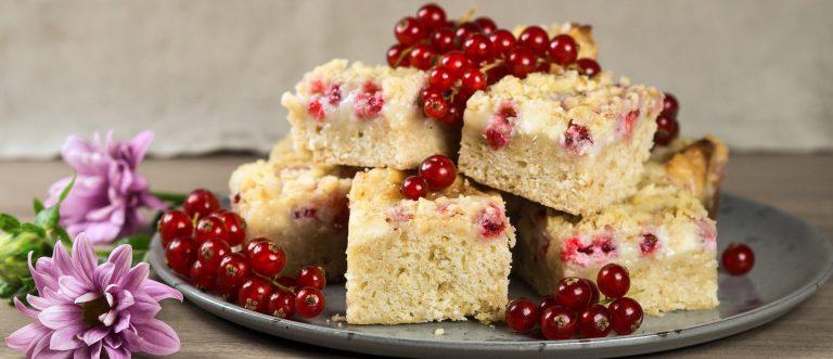Helpot & herkulliset carmelitas-neliöt valkosuklaalla ja herukoilla hurmaavat kahvipöydässä
