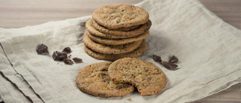 Suklaiset, gluteenitotmat cookiet maistuvat kahvipöydässä