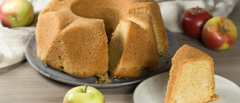 Mehevä omenakuivakakku katoaa kahvipöydästä alta aikayksikön