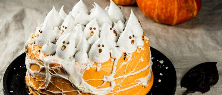 Hurjan herkullinen halloweenkakku koristellaan teeman mukaisesti marenkikummituksilla ja vaahtokarkkiseitillä