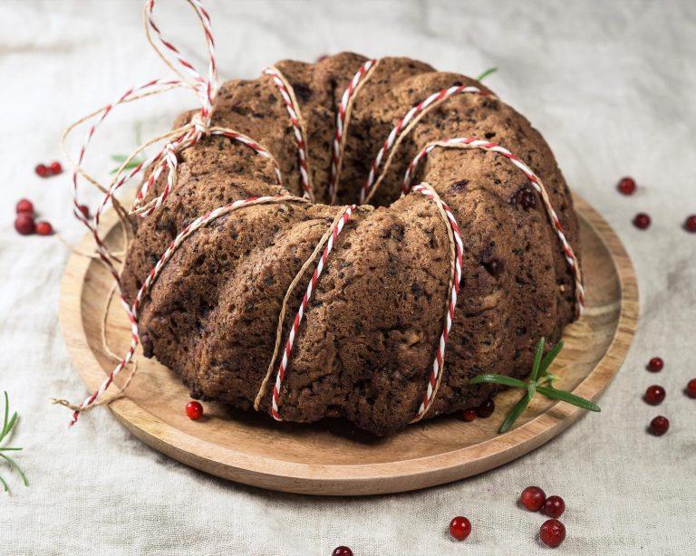 Näyttävä jouluinen vuokaleipä syntyy käyttämällä kuivakakkuvuokaa. Kaunis leipä on myös maukas lahjaidea!