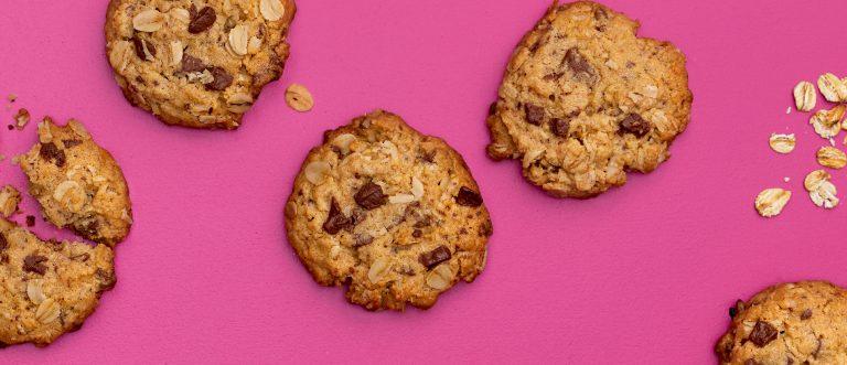 Gluteenittomat maapähkinävoi-suklaakaurakeksit hurmaavat kahvipöydässä